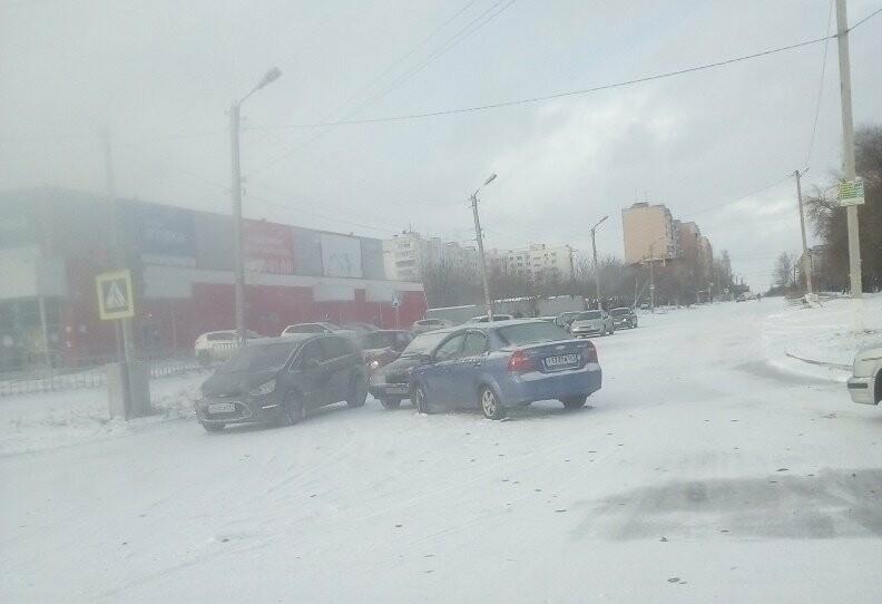 В Таганроге первый снег принес проблемы автомобилистам, фото-1
